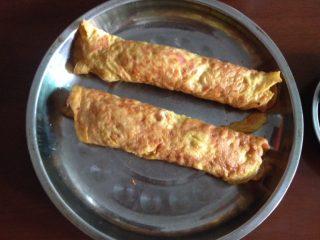 妈妈的爱心早餐,慢火两边煎至金黄,上碟卷成圆柱