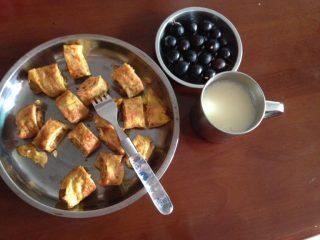 妈妈的爱心早餐,然后切成小块,方便食用,加上一杯自打的豆浆,少量的水果,一顿营养又美味的早餐完成了