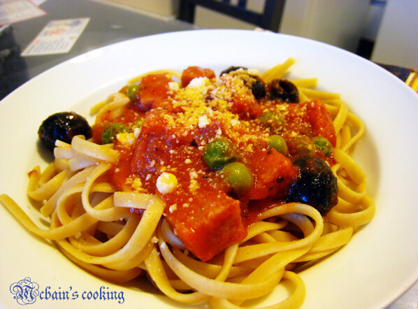 黑橄榄萨拉米全麦意面,意面煮熟,把面酱浇到上面,撒上芝士粉
