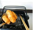 虾仁奶油可乐饼,静置20分钟后,放入油锅炸至表面金黄酥脆,捞出沥油