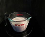 虾仁奶油可乐饼,牛奶放进微波炉叮至滚热,备用