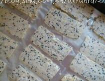 芝麻燕麦饼干,取出面团,切成大约厚片,排入垫锡纸的烤盘