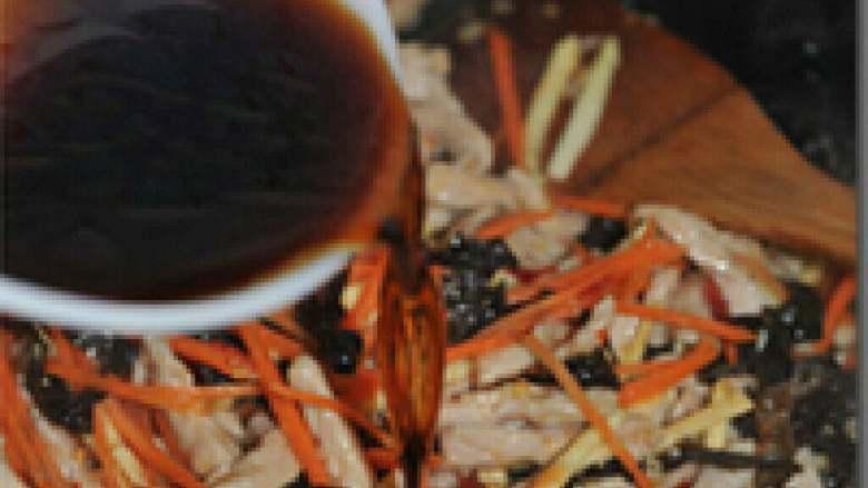 鱼香肉丝,倒入准备好的调味汁翻炒一分钟。