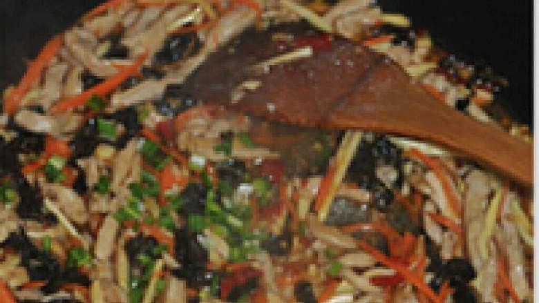 鱼香肉丝,撒上葱花就可以出锅了。