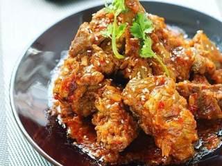 韩式酱骨头,开大火稍微收下汁,把骨头盛出来,酱汁浇在骨头上撒点芝麻即可