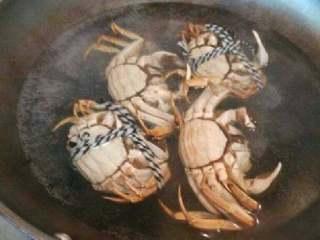 自制香辣大闸蟹,开水煮几分钟捞起来。