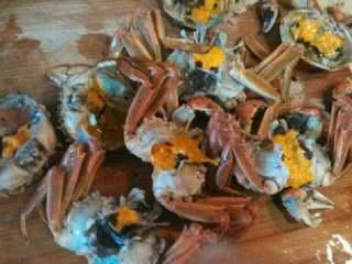 自制香辣大闸蟹,把壳扒开,去掉内脏