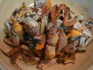 自制香辣大闸蟹,把大闸蟹斩成块,用一个鸡蛋,一点盐和料酒腌入味。