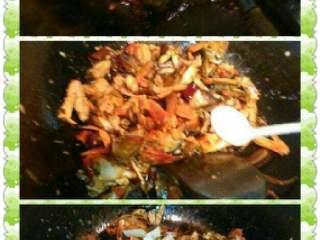 自制香辣大闸蟹,放点酱油,盐,再放葱段炒入味。