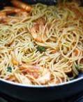 茄汁鲜虾意面,面条中加入适量盐和黑胡椒调味,最后再淋入约10克橄榄油拌匀即可