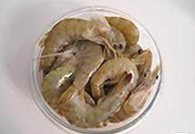 茄汁鲜虾意面,鲜虾剪去虾须和脚并洗净沥干水,大蒜切片