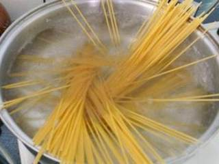 茄汁鲜虾意面,沸水中下意大利面,加入橄榄油和盐煮约10-15分钟