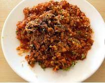 法式茄子贻贝,将贻贝肉切碎,与番茄蘑菇酱拌匀