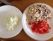 法式茄子贻贝,将番茄、蘑菇、蒜、1/2个洋葱分别切成细小颗粒