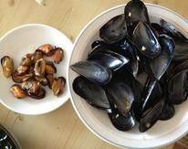 法式茄子贻贝,加入贻贝煮至开口捞出,将贻贝取肉,肉和壳分别留用