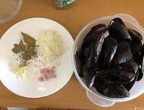 法式茄子贻贝,一瓣蒜、1/2个洋葱切成碎,贻贝刷洗干净