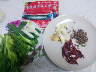 火锅鱼,切好大葱姜蒜芹菜,洗好香菜备用。准备火锅料。 干辣椒温水浸泡一下捞出(可防止煎时变色)