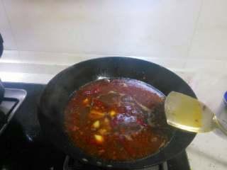 火锅鱼,倒入大半锅水,烧开后放入鱼头和鱼骨中小火熬十分钟左右。加半勺醋提鲜。