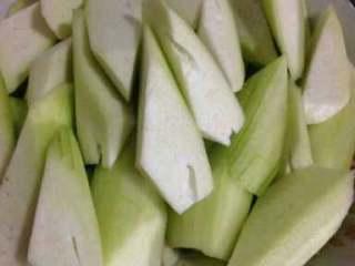丝瓜炒肉丝,丝瓜削皮切滚刀块。