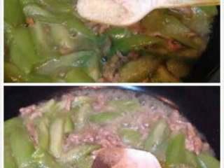 丝瓜炒肉丝,加鸡精和少许胡椒,翻炒均匀即可出锅。
