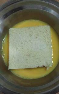 西多士,把土司边切掉,放在蛋液里两面沾上蛋液