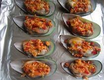 泡椒芝士焗青口贝,炒好和香料均匀的分到每个青口上