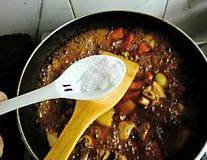 韩式安东炖鸡,大火煮开转小火炖制30分钟左右,加入盐调味
