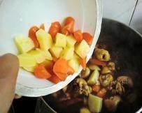 韩式安东炖鸡,倒入土豆和胡萝卜继续烧制