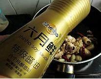韩式安东炖鸡,加入鸡肉继续翻炒,加入酱油
