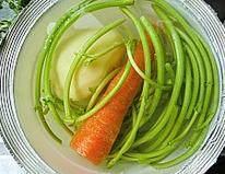 韩式安东炖鸡,土豆去皮和胡萝卜篙子杆用清水浸泡洗净