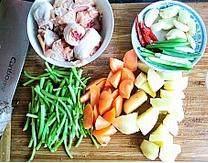韩式安东炖鸡,鸡腿洗净剁块,篙子杆切段,土豆胡萝卜切滚刀块