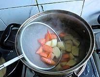 韩式安东炖鸡,锅中水烧开放入土豆和胡萝卜煮上2分钟捞出