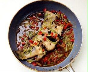 轻松炮制餐厅人气大菜:秘制锡纸包鲈鱼,放入各种调味料和适量水,烧开后放入鲈鱼煮5分钟