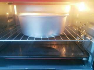 酸奶蛋糕,烤盘注入清水放烤箱最底层,烤箱预热,150度上下火,将蛋糕放烤架上,放入烤箱倒数第二层,烘烤一小时即可。