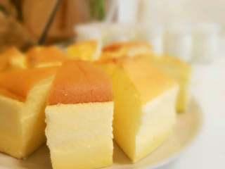 酸奶蛋糕,烤好后,把烤箱门打开,取出蛋糕,直接晾凉后取出可轻松脱模。