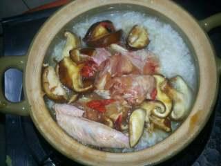 香菇滑鸡煲仔饭,倒下鸡肉菇枸杞下锅面、加盖继续焖10分钟即可