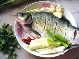 红烧鳊鱼,调制好的鱼放在盘里,配上姜丝,拍扁的蒜,干辣椒丝,后又加了一些大葱!几种颜色搭配看起来不错了!