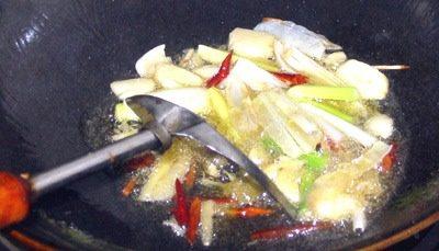 红烧鳊鱼,下锅油烧冒蓝烟后,下入配料煸香,火不能太大,主要是炒出香味.