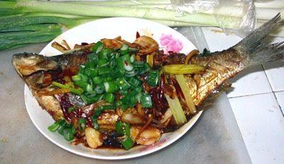 红烧鳊鱼,现在把鱼盛盘了,洒上葱叶