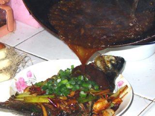红烧鳊鱼,最后工序——浇上汤汁!汁的多少自己把握,少了太干,多了没味!