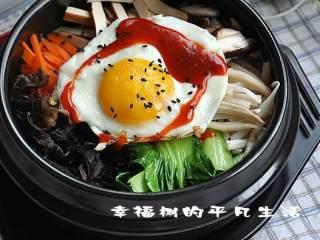 石锅拌饭 ,最上面放上煎熟的糖心鸡蛋,放在火上开小火加热听到米饭发出滋滋的声音便可关火