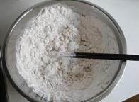 咸芝麻酱味,将面粉加沸水搅拌成大片雪花状态