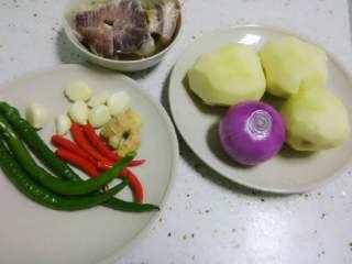 干锅土豆片,准备好材料~