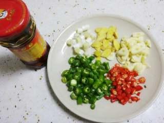 干锅土豆片,青红辣椒切段,姜切片,蒜切块,大葱葱白切段,大葱叶切长段备用。