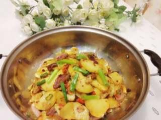 干锅土豆片,将炒好的土豆盛在洋葱表面既可。