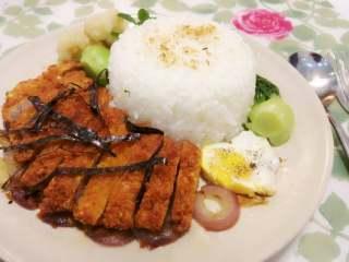 猪排饭,再将刚炸好切段的猪排摆在洋葱上并洒上海苔丝,再摆上青菜西兰花。如果再煎一个爱心鸡蛋,就更加完美了!