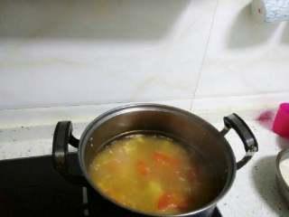 番茄豆腐鱼排汤,把鱼排用清水洗净沥水后加入适量淀粉或鸡蛋清,和白胡椒粉快速拌匀 备用。 转中大火,把鱼排全部放入汤中,水开后均匀搅拌一次后放入豆腐块一起炖。
