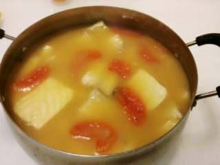 番茄豆腐鱼排汤,中小火慢炖二三十分钟后,汤变白变浓时,调入适量的盐味~