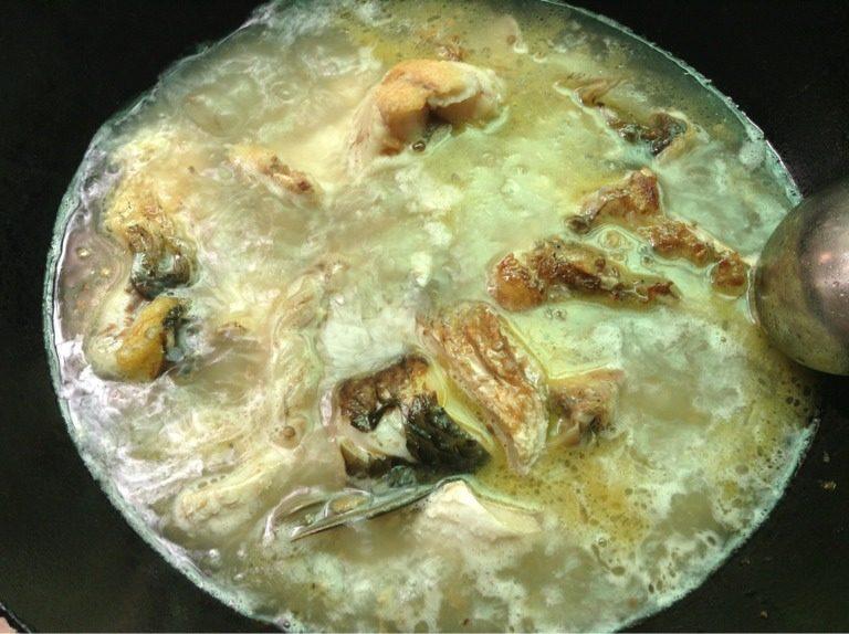 酸辣椒豆皮焖鱼,如图加入半锅水烧开再把鱼倒入煮