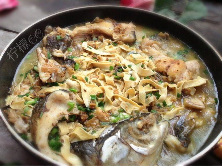 酸辣椒豆皮焖鱼,如图